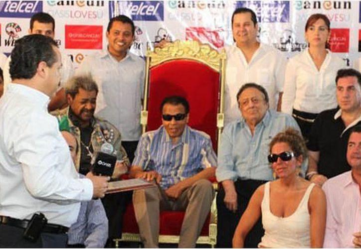 El presidente municipal, Julián Ricalde Magaña, en compañía de regidores del ayuntamiento, fueron los encargados de entregar los reconocimientos. (Cortesía/SIPSE)