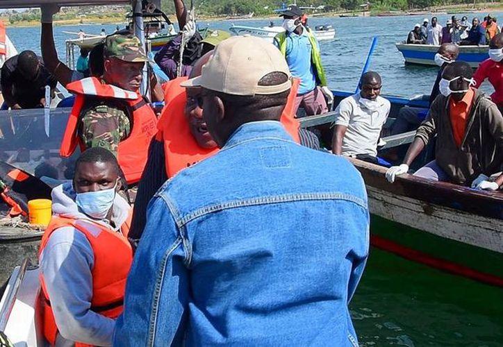 Los equipos de rescate trabajan en la operación de búsqueda de supervivientes del ferri MV Nyerere en el lago Victoria, Tanzania. (Reuters)