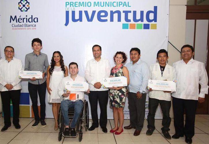 Imagen del alcalde de Mérida, Mauricio Vila Dosal, acompañado de los ganadores del Premio Municipal de la Juventud 2016. (Facebook Mérida Joven)