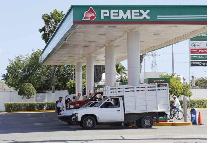 En las gasolineras, la Premium es la más cara con 19.10 pesos. (Ivette Ycos/SIPSE)