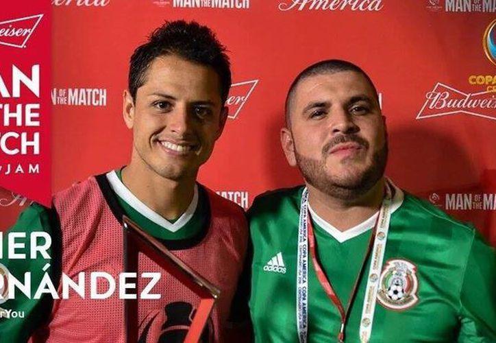 En la imagen el jugador de futbol 'Chicharito' Hernández y el cantante de música grupera el Komander. (Facebook de Komander)