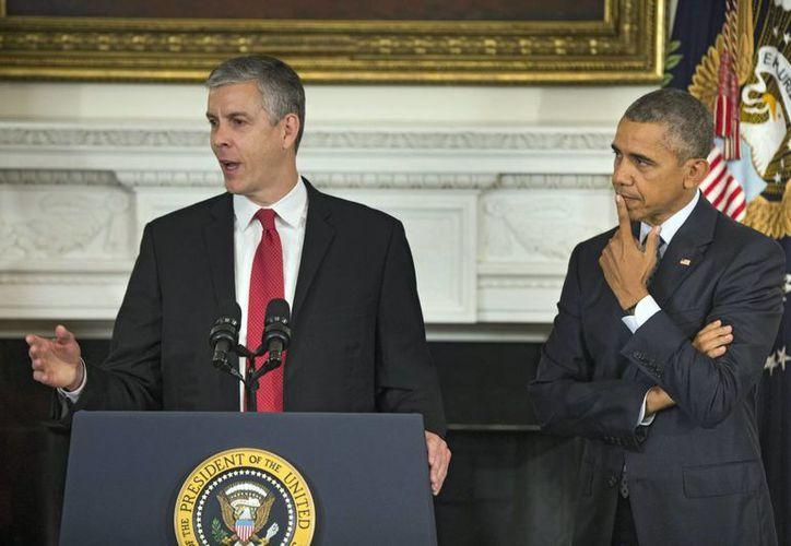 El presidente Barack Obama escucha al secretario de Educación de Eu, Arne Duncan, después de anunciar su intención de dejar el cargo al final de diciembre. Ambos son amigos muy cercanos. (EFE)