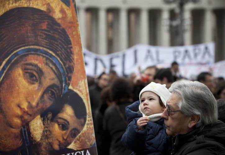 Fieles que asistieron al primer Angelus del papa Francisco, este domingo. (Agencias)
