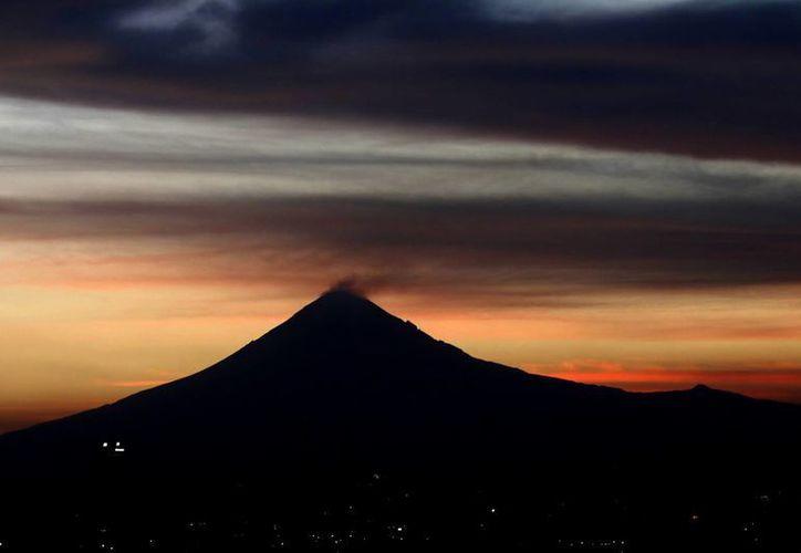 En algunos lapsos de la noche del lunes se observó ligera incandescencia en el volcán Popocatépetl. Imagen del 30 de marzo pasado del coloso. (Archivo/Notimex)