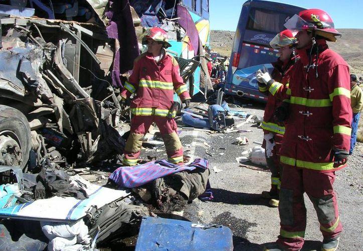Policías y bomberos participaron en el rescate de los heridos. (ANDINA/archivo)