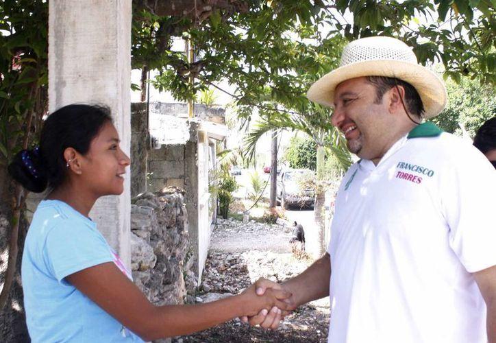 Francisco Torres Rivas recibió las quejas y sugerencias de los vecinos de la colonia Emiliano Zapata Oriente. (Cortesía)