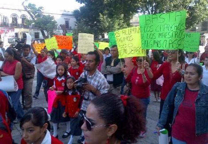 Padres con sus hijos estudiantes enviaron una carta respecto al lío magisterial al gobernador Gabino Cué, quien no les ha respondido. (Milenio)