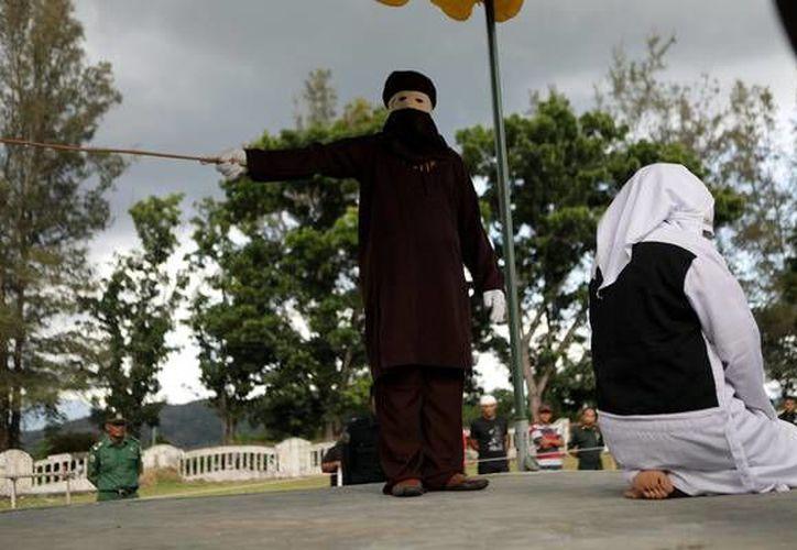 Los azotes son usuales en Indonesia como castigo para diferentes ofensas. (Foto: @Ansa)