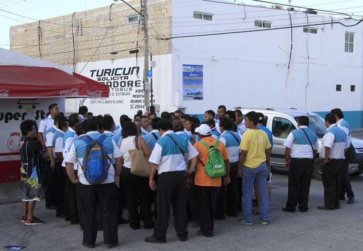 Los trabajadores se reunieron en los encierros de la empresa. (Tomás Álvarez/SIPSE)