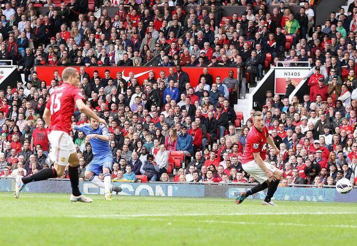 El jugador español Juan Mata (I) logra el único gol del partido en el triunfo del Chelsea. (EFE)