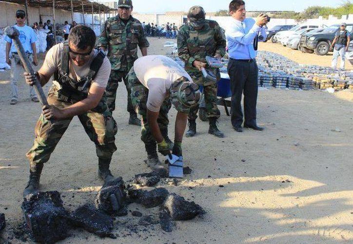 La droga estaba escondida dentro de bloques de carbón, que se tuvieron que romper con mazos. (Foto: www.elcomercio.pe/Johnny Aurazo)