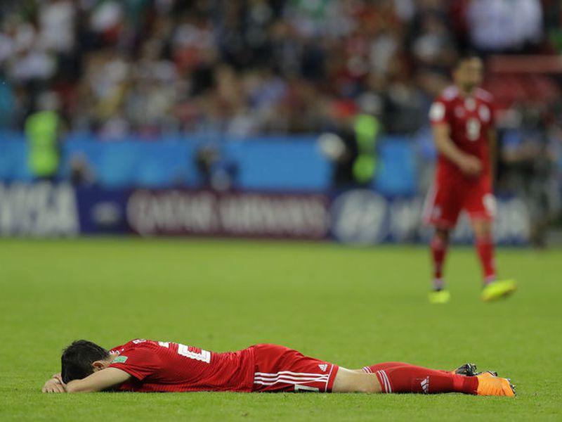 Un miembro de la Selección de Irán terminó mal de salud luego de la anulación de un gol por medio del video arbitraje (Foto contexto: AP)