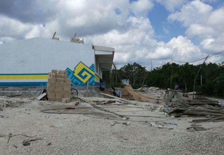 Junto a las dos aulas se encuentran materiales para construcción. (Pedro Olive/SIPSE)