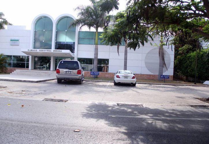 Fachada de la sede del Consejo Directivo de la Cámara Nacional de Comercio, Servicios y Turismo de Mérida (Canaco-Servytur), cuyos directivos se reunieron con los legisladores federales de los partidos PAN, PRI y Morena. (SIPSE)