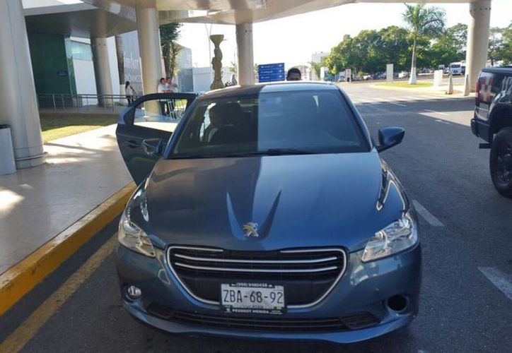 Un operador de Uber fue detenido este jueves por brindar servicios ilegales en el Aeropuerto de Mérida. (Foto: SIPSE)