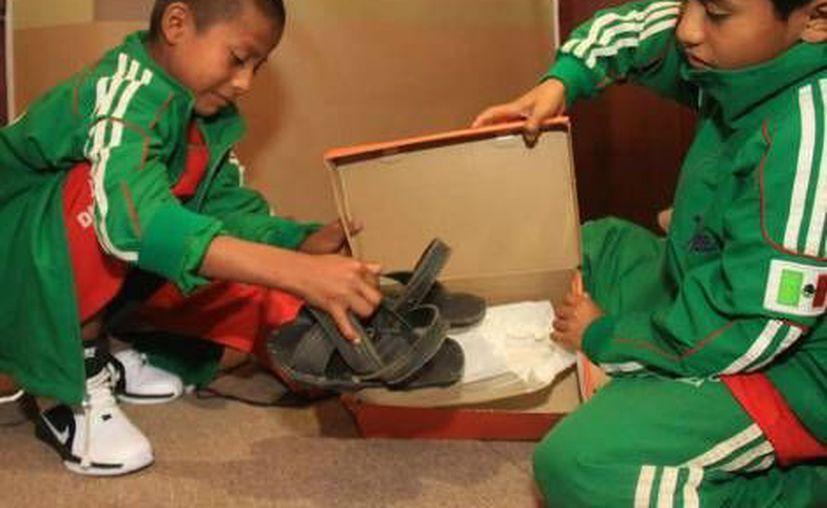 Los pequeños estrenaron inmediatamente sus nuevos zapatos. (Milenio)