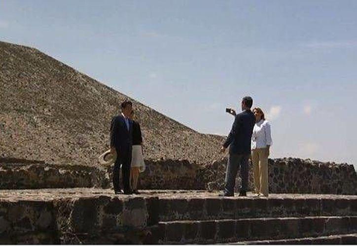 La relación comercial entre México y Japón ha subido 64 % comparado con 2005. En la foto, Shinzo Abe con Peña Nieto y las esposas de ambos en Teotihuacan. (Foto especial tomada de Milenio)