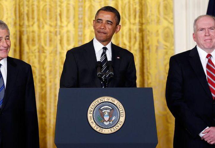 El presidente Obama flanqueado por Chuck Hagel y John Brennan, a quienes nominó para secretario de Defensa y como jefe de la CIA, respectivamente. (AP)