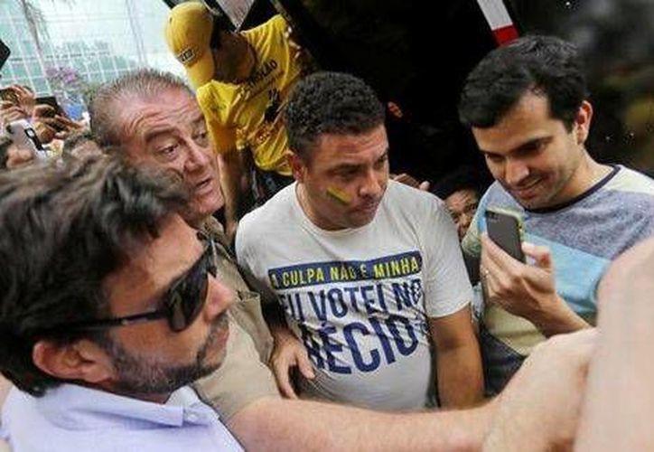 Ronaldo, quien apoyó a Aécio Neves antes de las elecciones presidenciales, ahora se manifiesta contra el gobierno de Dilma Rousef. (Milenio)