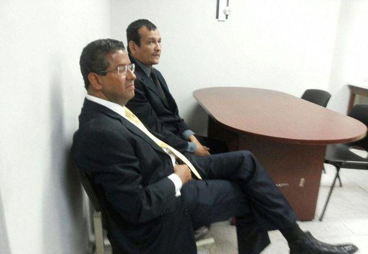El expresidente salvadoreño Francisco Flores (de lentes) se presentó al juzgado Primero de Instrucción en compañía de su abogado. (EFE)