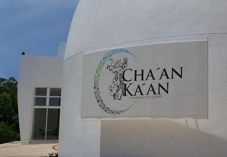 El biólogo dio la conferencia en el Planetario  de Cozumel Cha'an Ka'an. (Redacción/SIPSE)