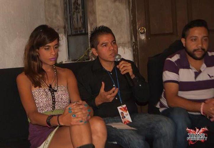 Izack Zacarías (al microfono) es el coordinador de un albergue que da refugio a transexuales, en Jalisco, que no son aceptados por sus familias y no tienen modo de sostenerse. (Ansa Latina)