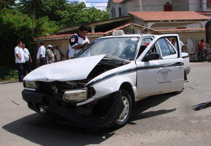 En el taxi viajaba una persona, que resulto lesionada en el coque. (Manuel Salazar/SIPSE)