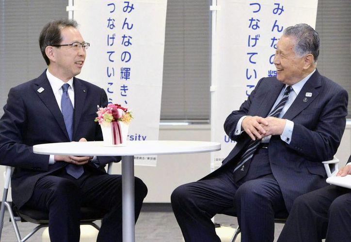 El gobernador de Fukushima, Masao Uchibori (i) platica con el presidente del Comité Organizador de las Olimpiadas de 2020 en Tokio, Yoshiro Mori. (Foto: AP/Hotoshi Takano)