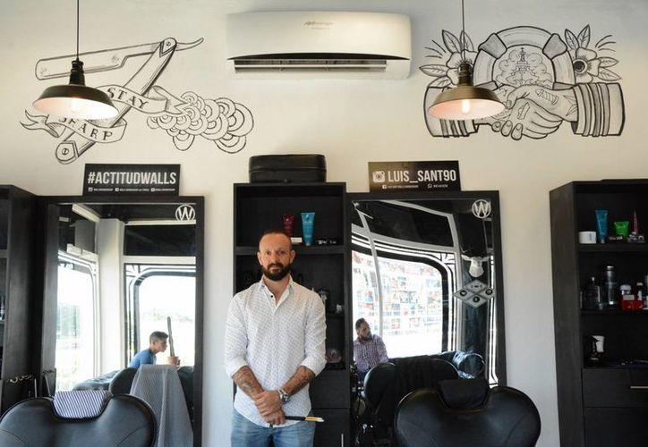 """El artista  Leonardo Tezcucano se ha dado a la tarea de decorar las barberías """"Wall's Barbershop. (Faride Cetina/SIPSE)"""