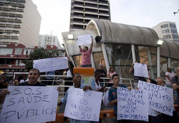 Las protestas más grandes se produjeron en Río de Janeiro, donde más de 300,000 personas salieron a la calle y fueron reprimidas con balas de goma y gases lacrimógenos. (Agencias)
