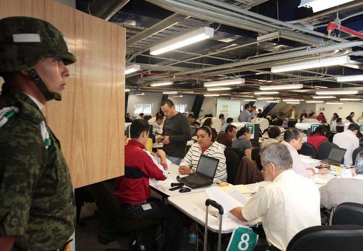 En la imagen, una sala del IFE donde se procesaron las actas de escrutinio mediante un sistema computarizado. (Archivo/Notimex)