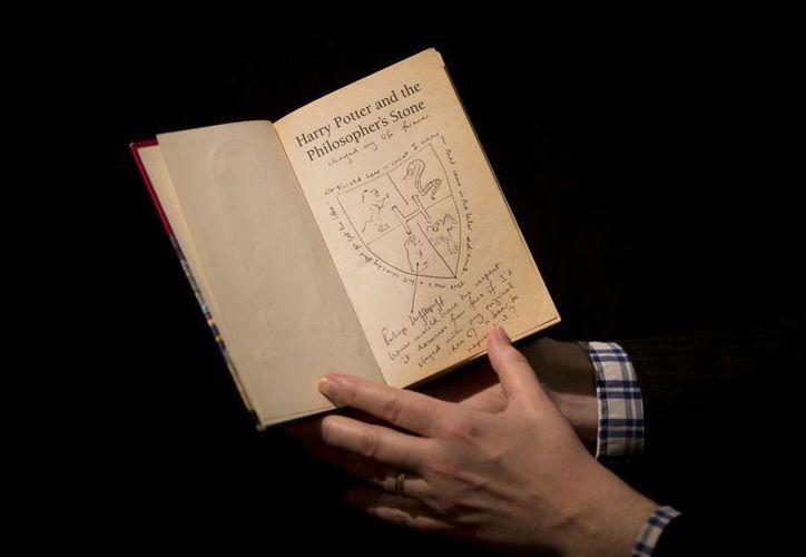 El libro de Harry Potter con ilustraciones y anotaciones extra se ofrecerá en una subasta altruista. (Agencias)