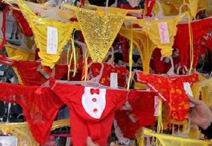 Entre las costumbres más populares se encuentra la de usar ropa interior roja o amarilla para atraer el amor y el dinero. (Foto/Internet)