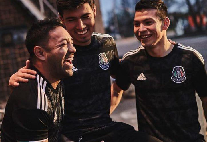 La selección mexicana presenta nuevo uniforme para la Copa Oro. (Foto   Twitter) b21a69a42f412