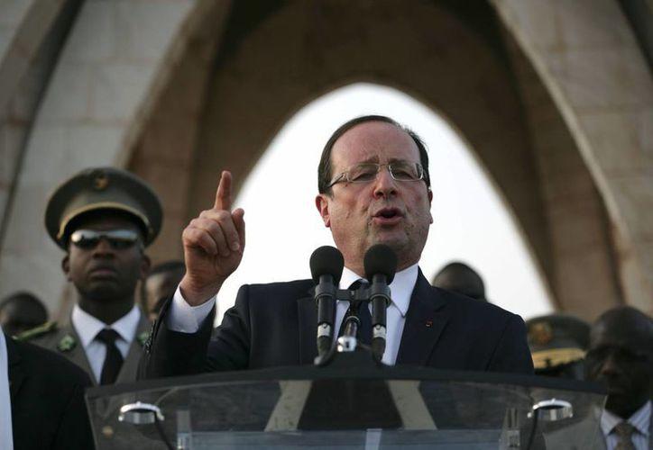 Francois Hollande visitó la zona de combate para supervisar la misión de sus tropas en el país africano. (Agencias)