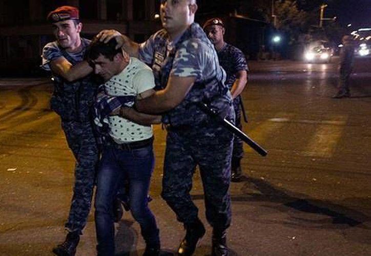 Varios policías y el personal de una ambulancia que llegó a la estación para atender a los lesionados se encuentran retenidos por el grupo armado. (AP)