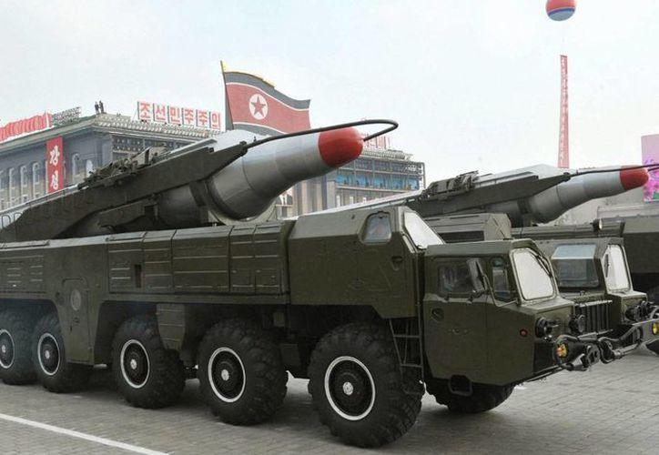 Corea del Norte no acepta hasta ahora el condicionamiento nuclear sugerido por Estados Unidos. En la foto, facilitada por la agencia norcoreana KCNA, se muestra un misil Musudan durante un desfile militar con motivo del 65 aniversario de la fundación del Partido de los Trabajadores en Piongyang, Corea del Norte). (EFE/Archivo)