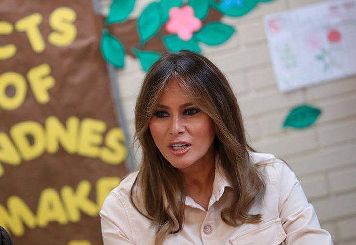 La visita de la primera dama al centro infantil Upbring New Hope este jueves se produce después de que el presidente del país, Donald Trump, firmara una orden ejecutiva para detener la práctica de separar a las familias de migrantes. (Redacción)