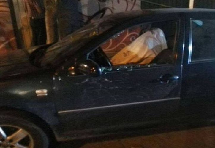 El conductor del auto recibió un disparo en la cabeza y la mujer, cuatro. (Foto: Sin Embargo)