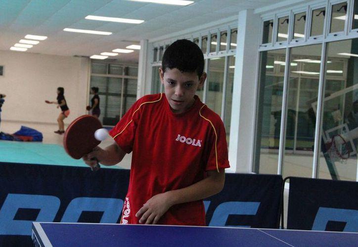 Alejandro Monje, presidente del club de tenis de mesa de Carrillo Puerto, fue quien premió y agradeció a los que participaron y apoyaron este torneo. (Raúl Caballero/SIPSE)