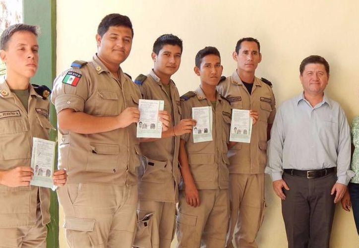 Tito Sánchez Camargo, jefe de la Junta Municipal de Reclutamiento (segundo de derecha a izquierda), durante la visita al Instituto militarizado del Sureste para el trámite de la cartilla del Servicio Militar Nacional. (Milenio Novedades)