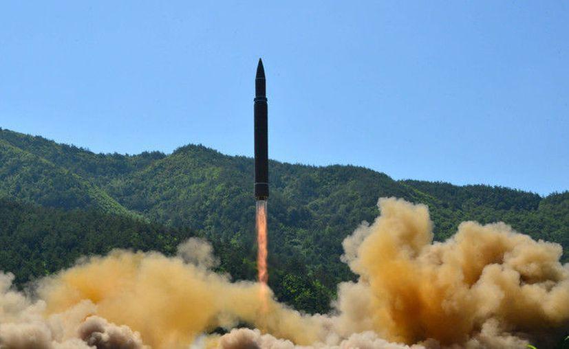"""La mayor altitud alcanzada por el proyectil de """"máxima distancia"""" ha sido de 3,724 kilómetros. (KCNA / Reuters)"""