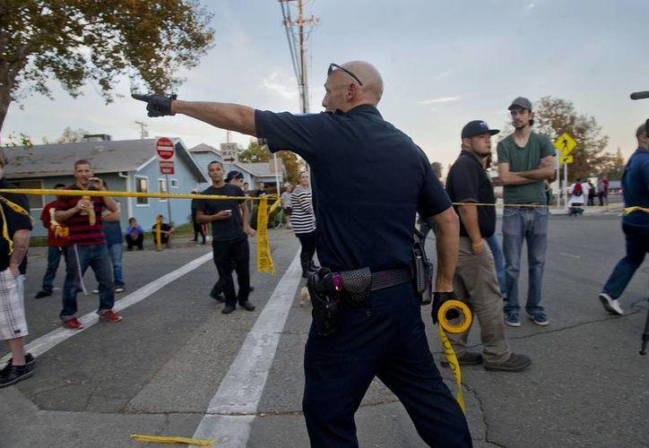 No se ha informado porqué Durán estaba preso y porqué lo buscaban pese a contar con libertad condicional. En la foto, un policía en labores en Sacramento (Agencias)