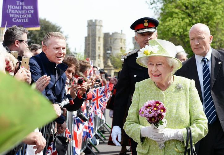 La reina Isabel II cumplió en febrero pasado 64 años de reinado superando a su tatarabuela la reina Victoria. (Agencias)