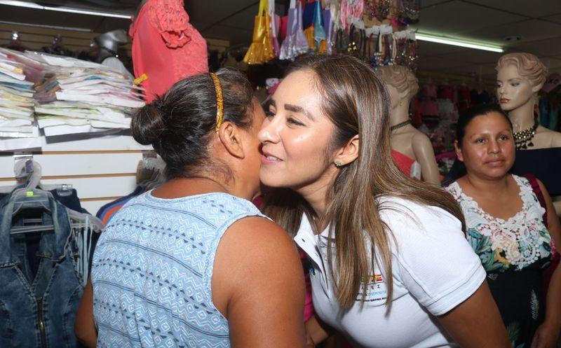 """Claudette González llegó hasta la Plaza Comercial """"Chactemal"""" durante el arranque de su campaña. (Redacción)"""