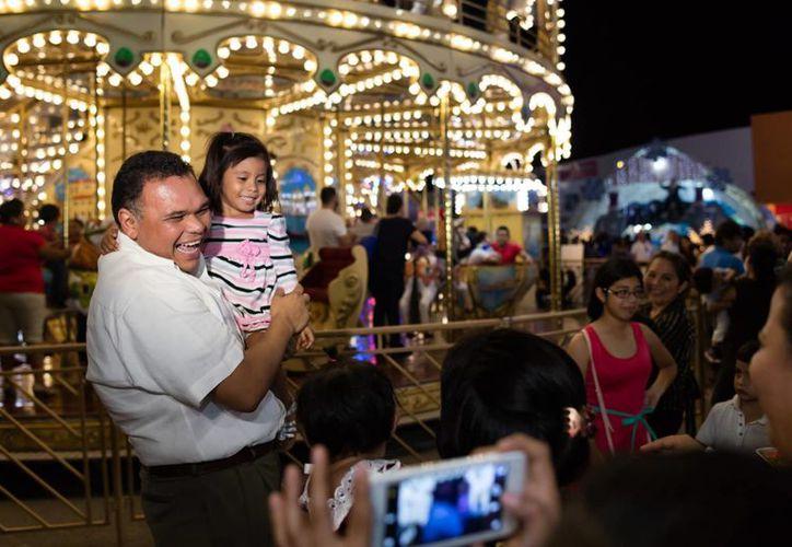 El gobernador Rolando Zapata estuvo este sábado en la Villa navideña, dentro de la Plaza El Patio, que ofrece una amplia gama de actividades para menores. (Fotos cortesía del Gobierno)