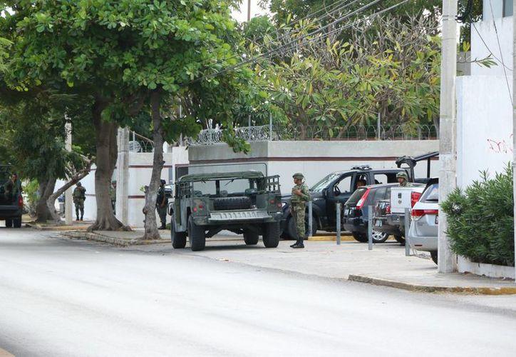 En medio de un fuerte dispositivo de seguridad en Mérida, Roberto N, presunto operador del Cartel de Sinaloa, y dos de sus cómplices,  fueron presentados ante el Juzgado Primero de Distrito Especializado en el Sistema Penal Acusatorio. (Fotos: SIPSE)