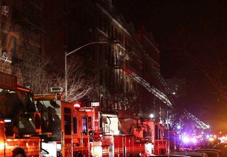 Decenas de bomberos acudieron a la escena a apagar el fuego y lograron controlarlo. (Vanguardia)