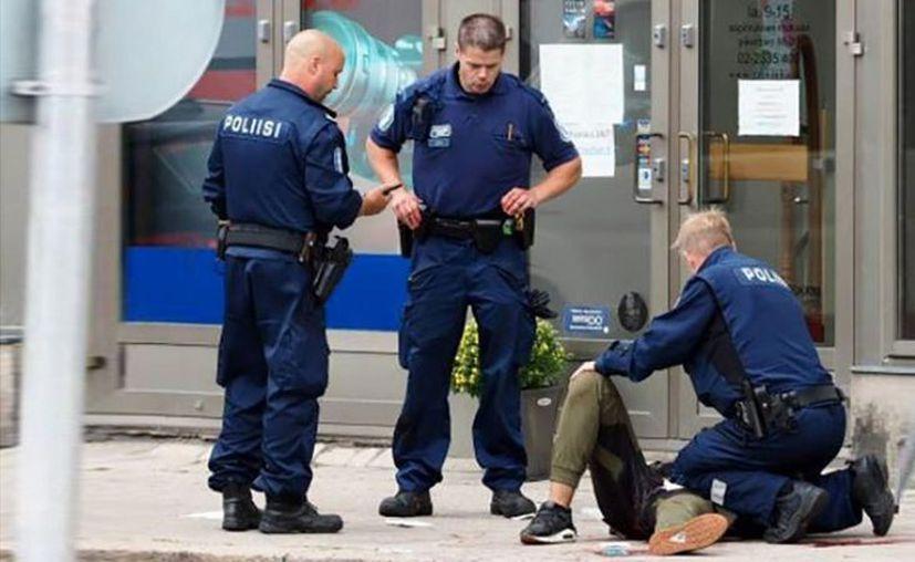 Tras el ataque, los agentes dispararon al sospechoso en una pierna y luego lo detuvieron. (AFP)