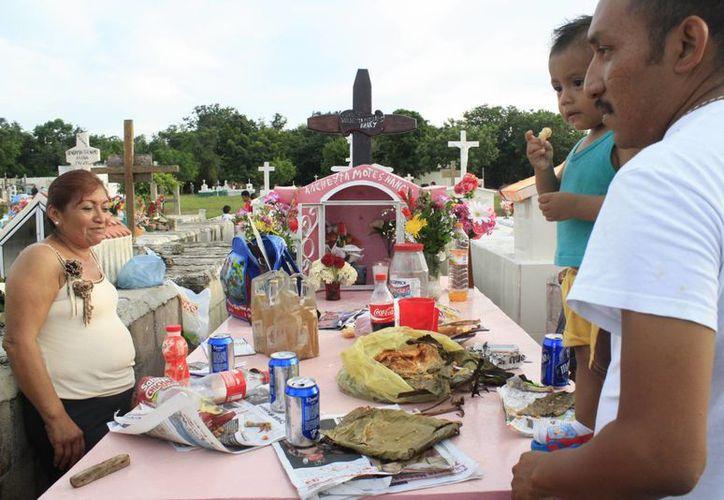 Las familias de Chetumal arribaron al camposanto para convivir, llevaron flores veladoras y comida. (Harold Alcocer/SIPSE)